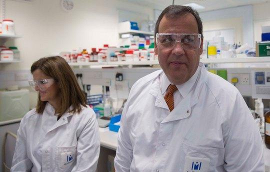 Ông Chris Christie, Thống đốc bang New Jersey, thăm một phòng thí nghiệm ở Cambridge - Anh hôm 2-2 Ảnh: REUTERS