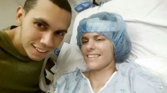 Chị Cindy Martinez trên giường bệnh cùng chồng  Ảnh: THE WASHINGTON POST
