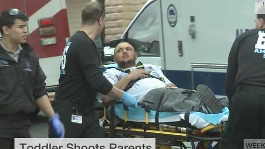 Anh Justin Reynolds được đưa đến bệnh viện. Ảnh: Fox 5