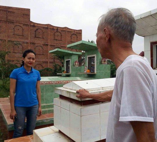 Hồng Ánh thăm mộ chị Phụng