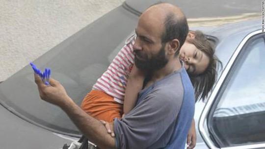 """Gần 70.000 USD giúp """"người cha đi tị nạn bán bút nuôi con"""""""