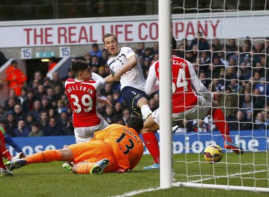 Kane (áo trắng) trong pha gỡ hòa cho Tottenham Ảnh: REUTERS