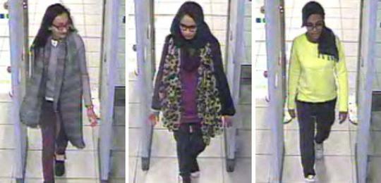 Từ trái qua phải: Ba nữ sinh Kadiza Sultana, Shamima Begum và Amira Abase tại sân bay Gatwick ở London - Anh hôm 17-2 Ảnh: Metro