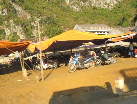 Những bãi giữ xe cho cửu vạn đi gùi hàng lậu luôn có rất nhiều xe máy