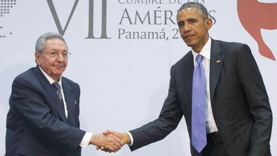 Chủ tịch Cuba Raul Castro (trái) và Tổng thống Mỹ Barack Obama gặp nhau ở Panama hôm 11-4 Ảnh: AP