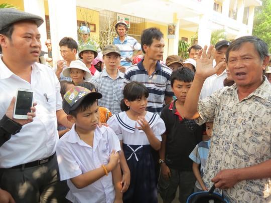 Chủ tịch UBND huyện Phú Lộc Nguyễn Văn Mạnh đối thoại với phụ huynh tại sân trường Nam Phổ Hạ xã Lộc An