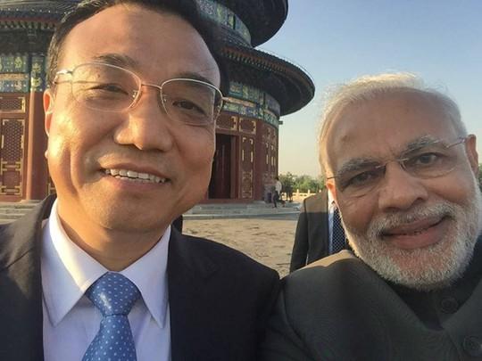 Thủ tướng Modi chụp ảnh tự sướng với Thủ tướng Trung Quốc Lý Khắc Cường. Ảnh: Facebook
