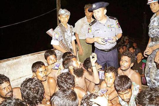 Chiếc thuyền chở người di cư được đưa vào bờ Myanmar rạng sáng 22-5 Ảnh: Bộ Thông tin Myanmar