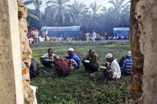Người di cư tại một khu trại ở tỉnh Aceh - Indonesia hôm 24-5 Ảnh: AP