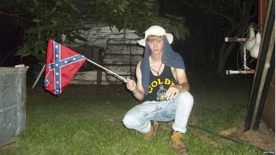 Nghi can Dylaan Roof chụp rất nhiều bức ảnh với lá cờ Confederate Ảnh: REUTERS