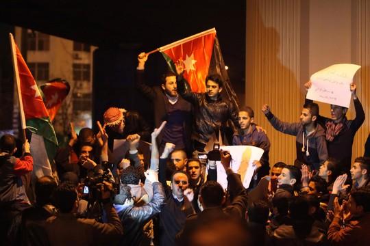 Biểu tình ở Amman sau khi xuất hiện đoạn video hôm 3-2 cho thấy phi công Muadh al-Kasasbeh bị thiêu sống trong lồng Ảnh: REUTERS