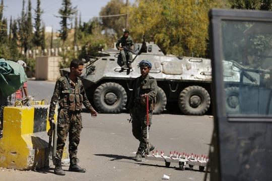 Binh lính canh gác bên ngoài Đại sứ quán Mỹ tại thủ đô Sanaa - Yemen hôm 11-2, một ngày sau khi cơ sở ngoại giao này đóng cửa Ảnh: REUTERS
