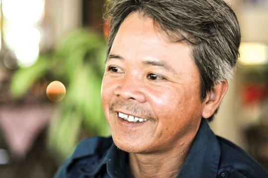 Ông Nguyễn Não và người con út Nguyễn Văn Dũng Ảnh: BÍCH VÂN