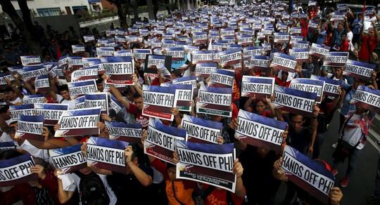 Người dân Philippines tuần hành phản đối tham vọng độc chiếm biển Đông của Trung Quốc vào cuối tuần rồi Ảnh: Reuters