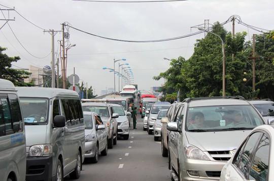 Các chuyên gia cho rằng việc hạn chế xe ô tô cá nhân khi chưa có đầy đủ hệ thống giao thông công cộng thay thế là chưa phù hợp - Ảnh: Anh Quân