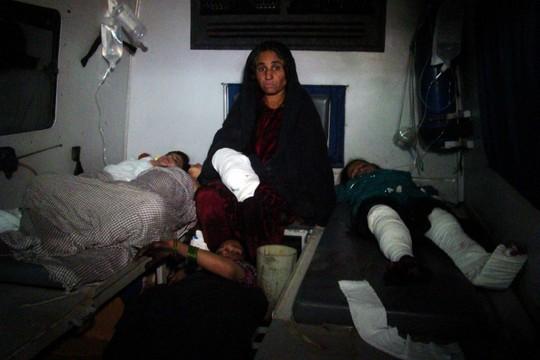 Những người bị thương trong tiệc cưới đang được điều trị tại bệnh viện. Ảnh: AP
