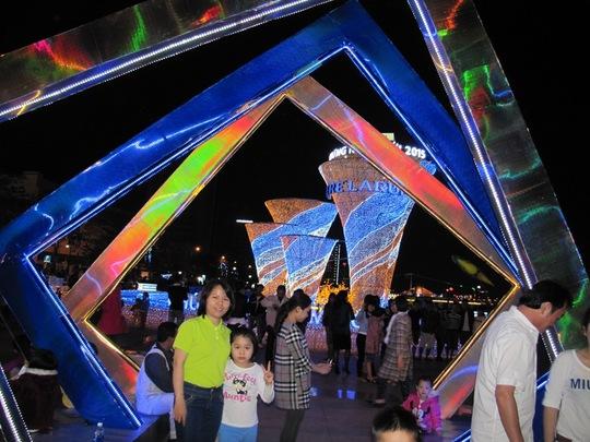 Người dân Đà Nẵng chụp hình lưu niệm. Ảnh: H.Dũng