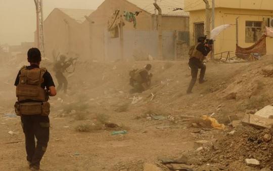 Binh lính Iraq bảo vệ Ramadi hôm 14-5. Ảnh: Reuters