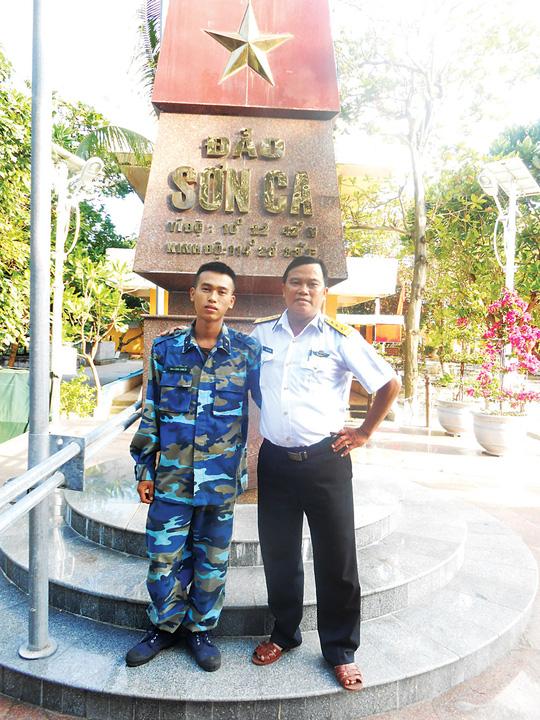 Thượng tá Mai Xuân Tuyên và con trai Mai Minh Chiến bên cột mốc chủ quyền trên đảo Sơn Ca, quần đảo Trường Sa. (Ảnh do nhân vật cung cấp) Ảnh: NGUYỄN Á