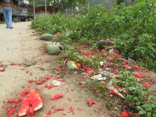 ..và vứt đầy vỉa vè cũng như bên vệ đường ở ngay bên hông cửa khẩu Tân Thanh.