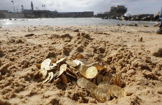 Số xu vàng cổ tìm thấy ngoài khơi Caesarea, phía Bắc Tel Aviv - Israel được trưng bày hôm 18-2. Ảnh: Reuters