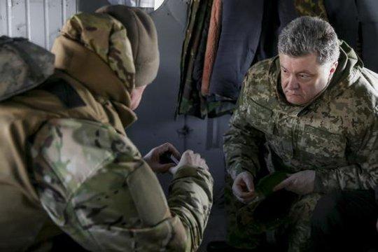 Tổng thống Poroshenko trên trực thăng đến Artemivsk ngày 18-2. Ảnh: Reuters