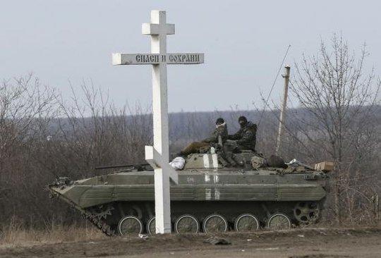Quân đội Ukraine rút về thị trấn Artemivsk ở phía Bắc Debaltseve hôm 19-2. Ảnh: Reuters