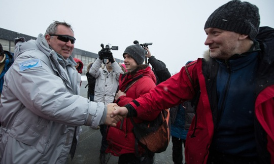 Phó thủ tướng Rogozin (trái) đến sân bay Svalbard tại trung tâm hành chính Longyearbyen. Ảnh: Tass