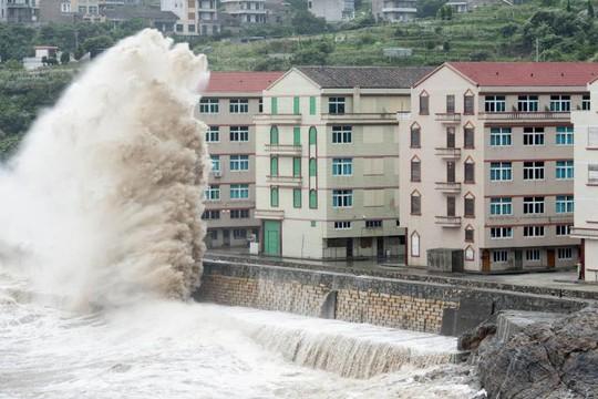 Bão Chan-hom đổ bộ tỉnh Chiết Giang với cột sóng cao 10 m