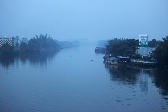 7 giờ sáng, sông Chợ Đệm, tại cầu Bình Điền 2 (Thuộc Quốc lộ 1, cửa ngõ phía Tây TP HCM) nhìn khá mờ ảo.