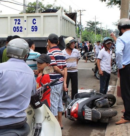 Chiếc xe máy của nạn nhân nằm chỏng chơ