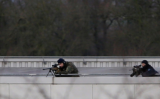 Các tay súng bắn tỉa trên nóc nhà gần công ty in ở Dammartin-en-Goele. Ảnh: EPA