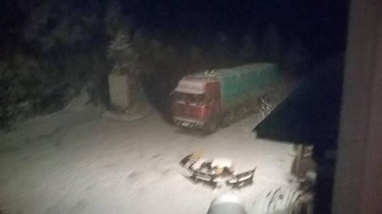 Tuyết rơi phủ kín mui xe. Ảnh: Dân Việt.