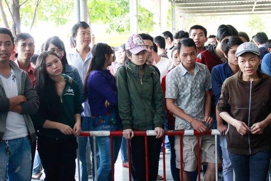 Nhiều người vẫn chen chúc đứng chờ với mong muốn có tấm vé ghế ngồi về quê ăn tết cùng gia đình.