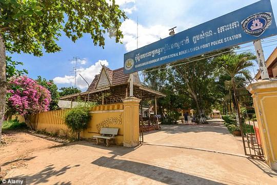 Đồn cảnh sát gần thủ đô Phnom Penh, nơi 3 du khách chạy xe qua và bị bắt. Ảnh: Daily Mail