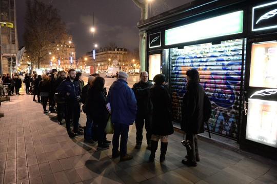 Người dân xếp hàng mua số báo mới của Charlie Hebdo ở thủ đô Paris. Ảnh: Twitter