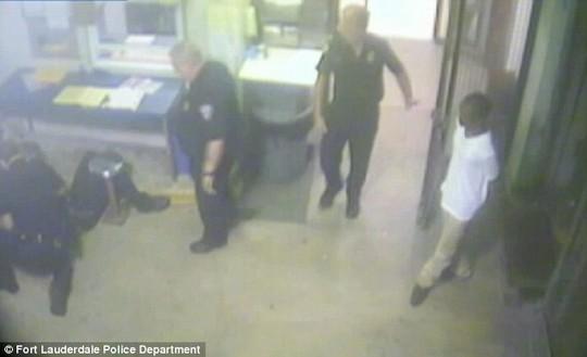 Rutledge gọi người tới cứu ông Foulks. Ảnh: Fort Lauderdale Police Department