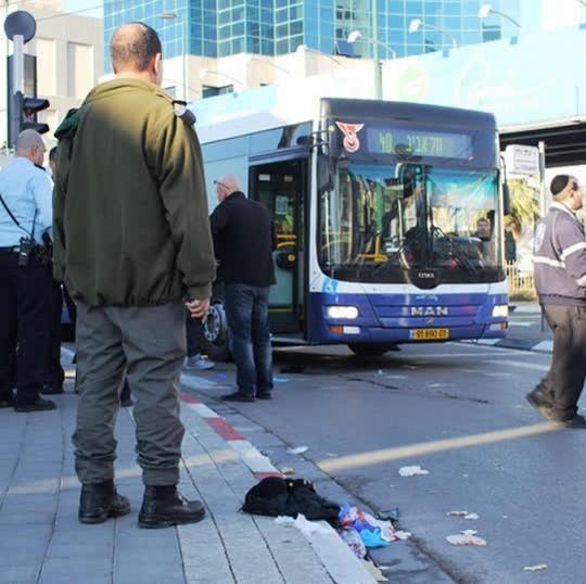 Thanh niên Palestine đâm 10 người Israel trên xe buýt