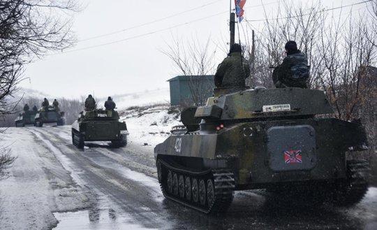 Xe bọc thép của phe ly khai thân Nga di chuyển ở miền Đông Ukraine. Ảnh: AP