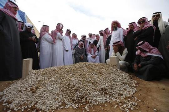 Gia đình hoàng gia Ả Rập chôn cất Quốc vương trong một ngôi mộ đơn giản theo truyền thống đạo Hồi. Ảnh: Reuters