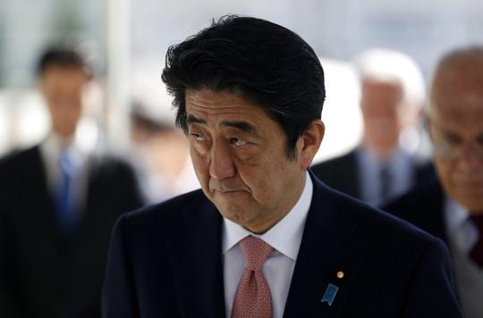 Thủ tướng Abe đối mặt thách thức không nhỏ sau hơn 2 năm lên cầm quyền. Ảnh: EPA