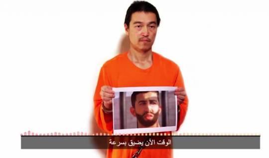 Nhà báo Goto cầm bức hình chụp phi công của Jordan. Ảnh: Japan Times