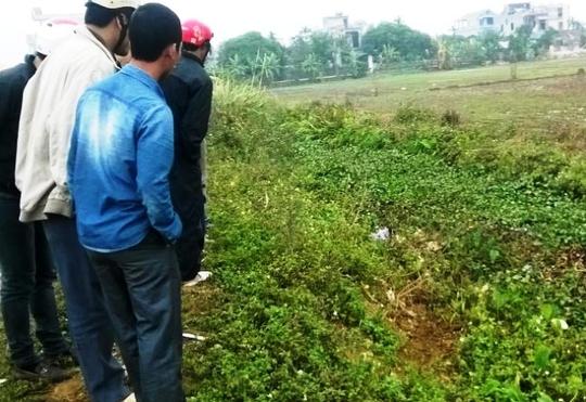 Mương nước nơi người dân phát hiện xác chết của nam thanh niên và chiếc xe máy