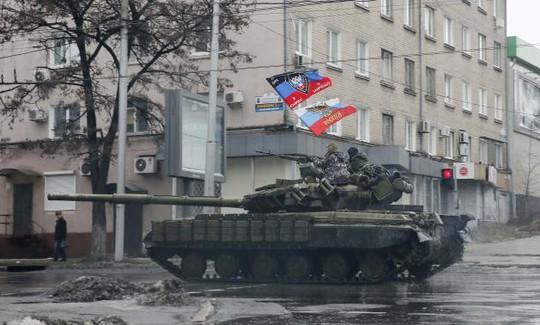 Quân ly khai cưỡi một chiếc xe tăng tại miền Đông Ukraine hôm 1-2. Ảnh: Reuters