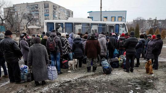 Cư dân thị trấn Debaltsevo rời khỏi vùng xung đột. Ảnh: Reuters