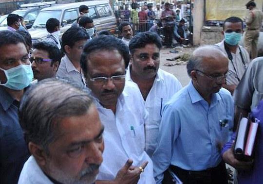 Ông Reddy (giữa, đeo kính) đến thăm Bệnh viện đa khoa Osmania... Ảnh: Daily Mail