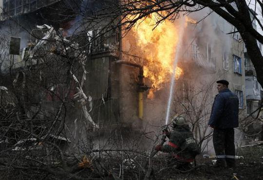 Một ngôi nhà ở Donetsk bị trúng pháo kích. Ảnh: Reuters