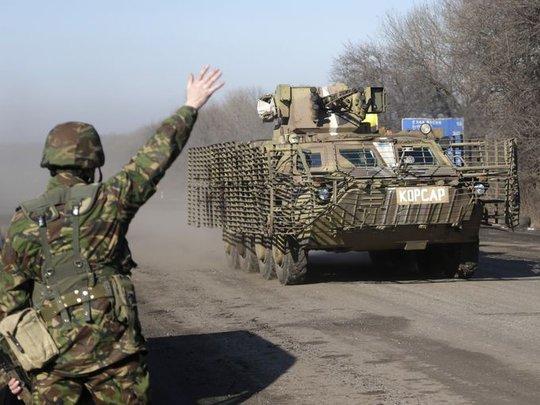 Binh sĩ Ukraine trên tuyến quốc lộ dẫn vào thị trấn Debaltseve. Ảnh: AP