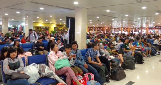 Hành khách chờ lên máy bay ở Tân Sơn Nhất