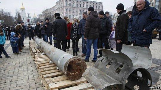 Vũ khí quân đội Kiev thu được từ phe ly khai, nghi do Moscow hỗ trợ. Ảnh: Reuters